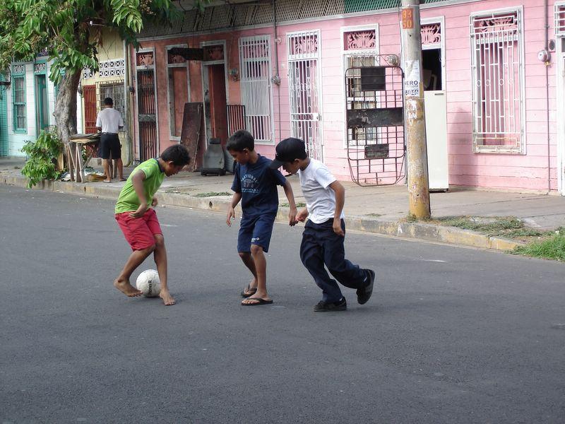 Niños jugando en una calle de Puntarenas, Nicaragua.